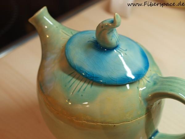selbstgetöpferte Teekanne aus Ton
