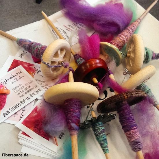 Nach Kursende: Die ersten Meter selbstgesponnenes Garn auf den Handspindeln beim Spinnkurs auf der Berlin Knits 2015